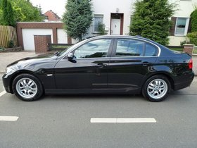 BMW BMW 325i 6-Gang Schaltgetr. Xenon-Scheinwerfer BMW Navi wenig Km!
