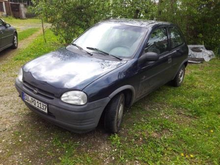 Opel Corsa fährt, hat noch über ein Jahr Tüv, Winterreifen gibt es dazu...