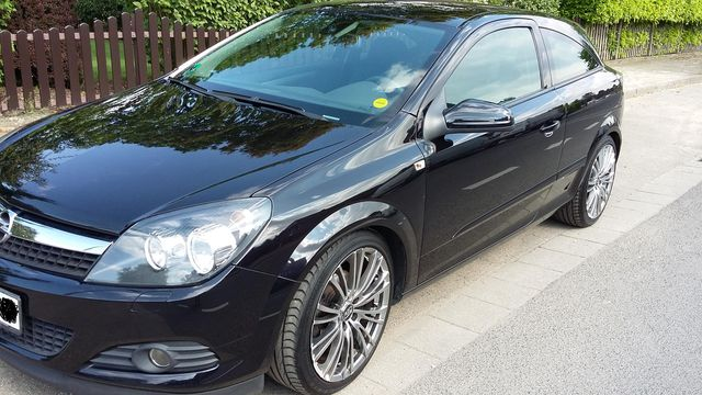 Schöner schwarzer, gepflegter + tiefergelegter Opel Astra GTC 1.6 mit Schrägheck